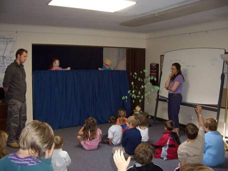 Children suggest ideas to help the puppets.
